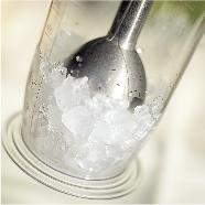 氷も砕くハイパワー  氷※だけの状態でも砕いてしまえるハイパワーが魅力。調理の速度を劇的に縮めます。 ※家庭用製氷皿でつくったもの 01_01_pic_02_l  飛び散りにくい先端  ブレンダーの先はドーム状になっているので、液体の材料を混ぜ合わせたときでも、飛び散りにくい構造になっています。