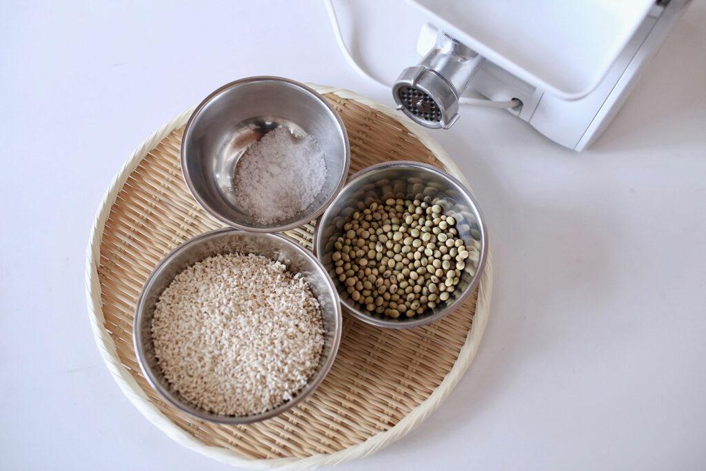 味噌の材料となる大豆、塩、生麹