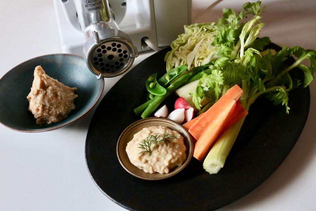 コンパクトキッチンマシン&ミンサーで作った西京味噌と、添えられた野菜スティック